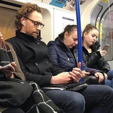 地鐵上捕獲「野生洛基」湯姆希德斯頓,大家也太淡定了吧!盤點那些愛搭地鐵的明星們!