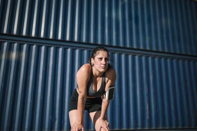 vrouw staat uit te rusten na sporten