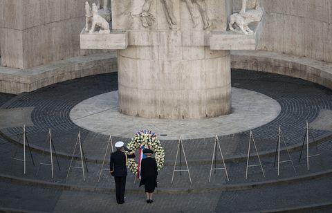 willem alexander en koningin beatrix tijdens dodenherdenking 2011