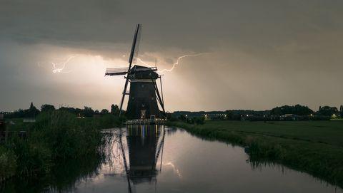 molen met onweer erachter
