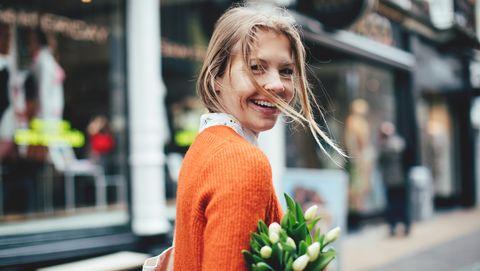 nederlandse vrouw met tulpen