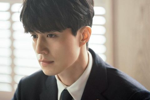 Hair, Face, Forehead, Chin, Hairstyle, Black hair, White-collar worker, Jaw, Human, Cool,