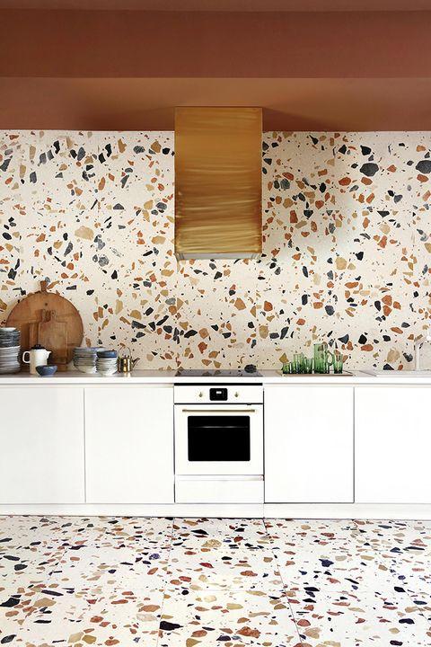 Cocina con paredes y suelos de terrazo