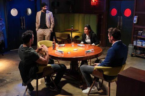 kush kazemi, kheerat panesar, suki panesar dan martin fowler dalam permainan poker di Eastenders