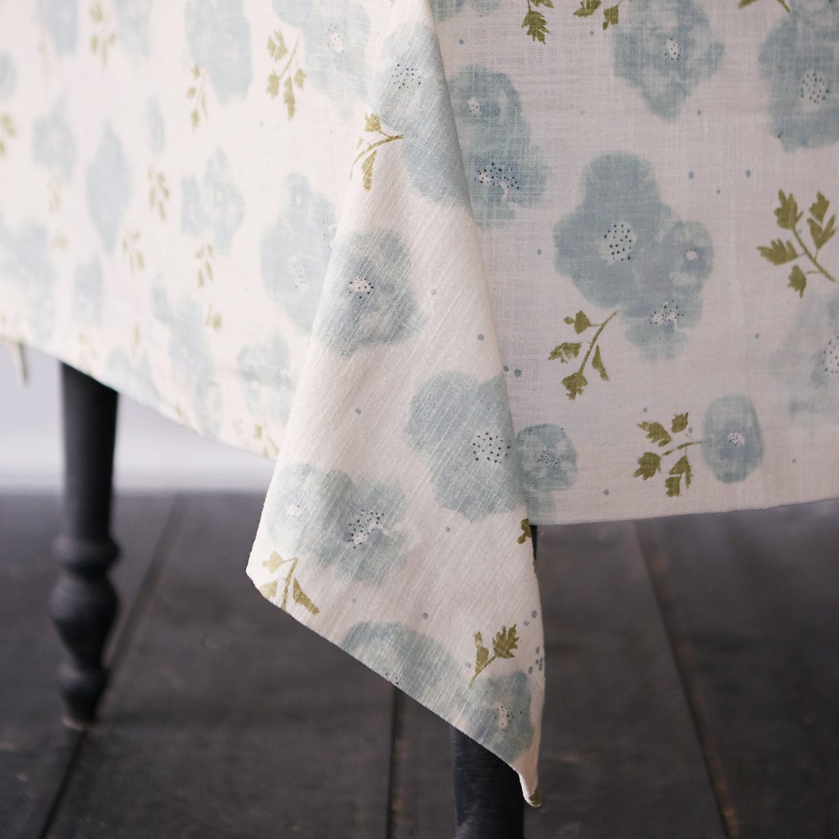 20 best easter tablecloths and runners easter table decorations negle Choice Image