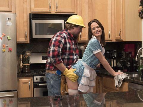 pareja jugando al fontanero y la ama de casa