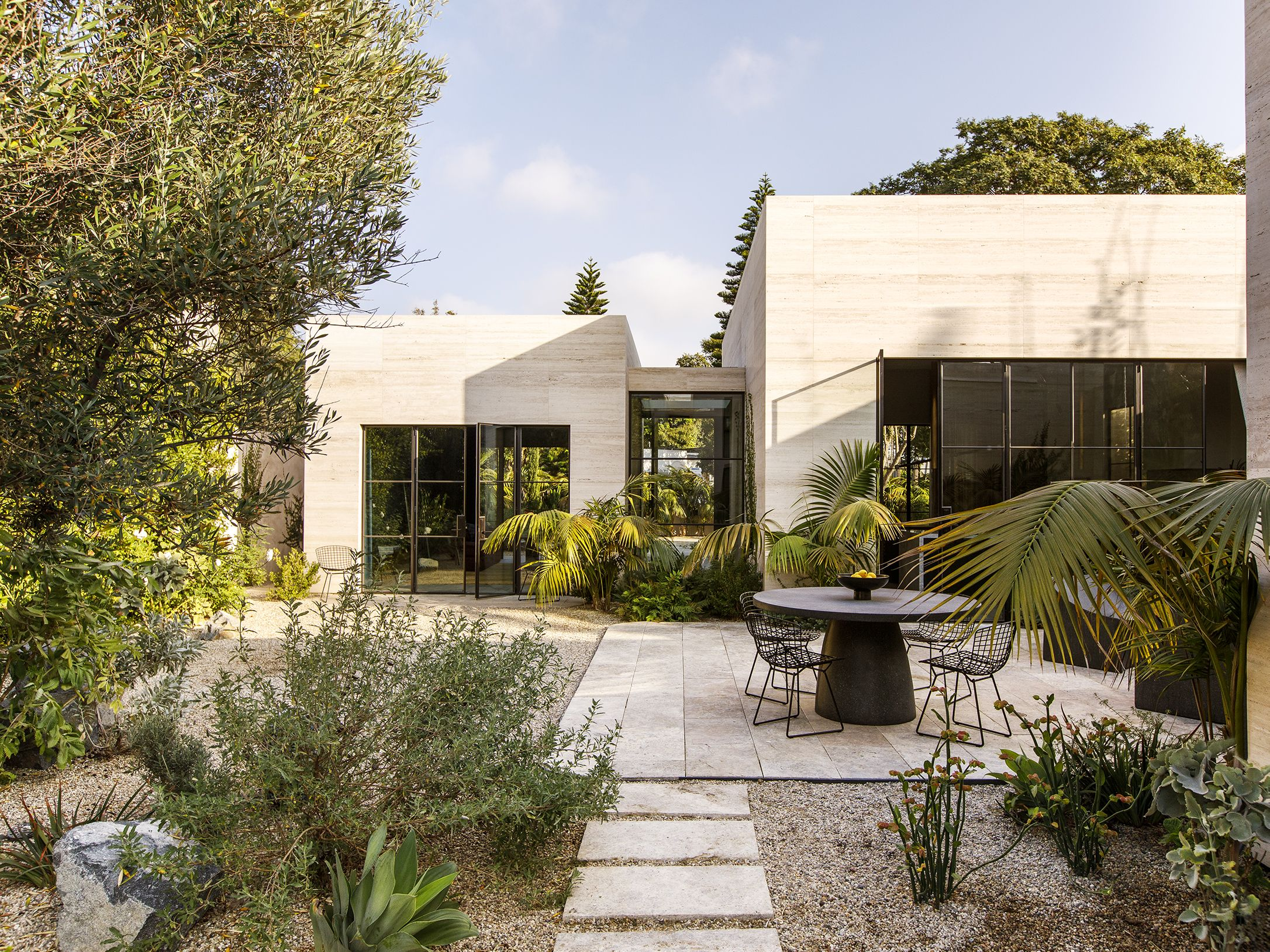 Il sogno californiano vive in questo residence a Venice Beach: un santuario urbano devoto all'arte