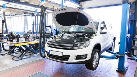 Revisión coche en taller mecánico