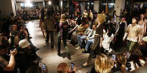 Eckhaus Latta-modellen in vintage Chanel, Gucci en Prada schoenen tijdensHerfst/Winter 2020 show in samenwerking met The RealReal.