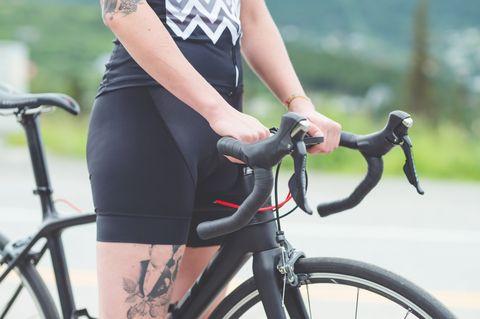 vrouw op een wielrenfiets