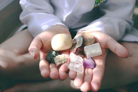 edelstenen in hand van een vrouw