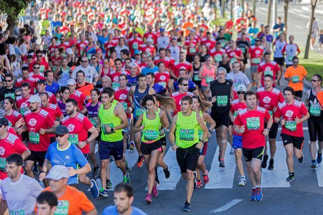 cientos de corredores corren la edp san fermín media maratón en pamplona