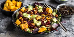 Superfood salade met zoete aardappel, bietjes en avocado