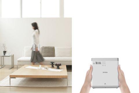 躺在床上用超大螢幕追劇!Epson升級版�「攜帶式投影機」,3大亮點享受一個人的宅時光!