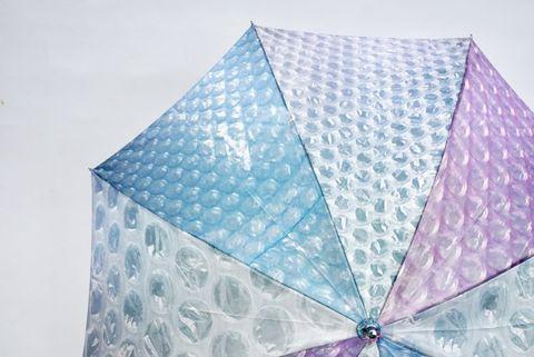 藍色、透明、紫色的泡泡紙雨傘