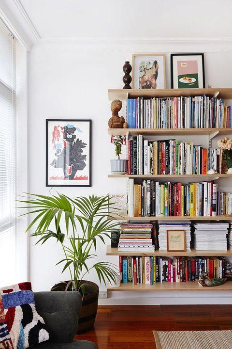 Librería con estantes en madera