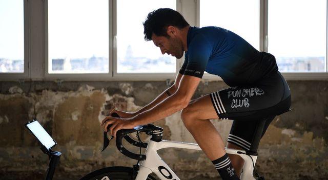 un ciclista profesional entrena en casa