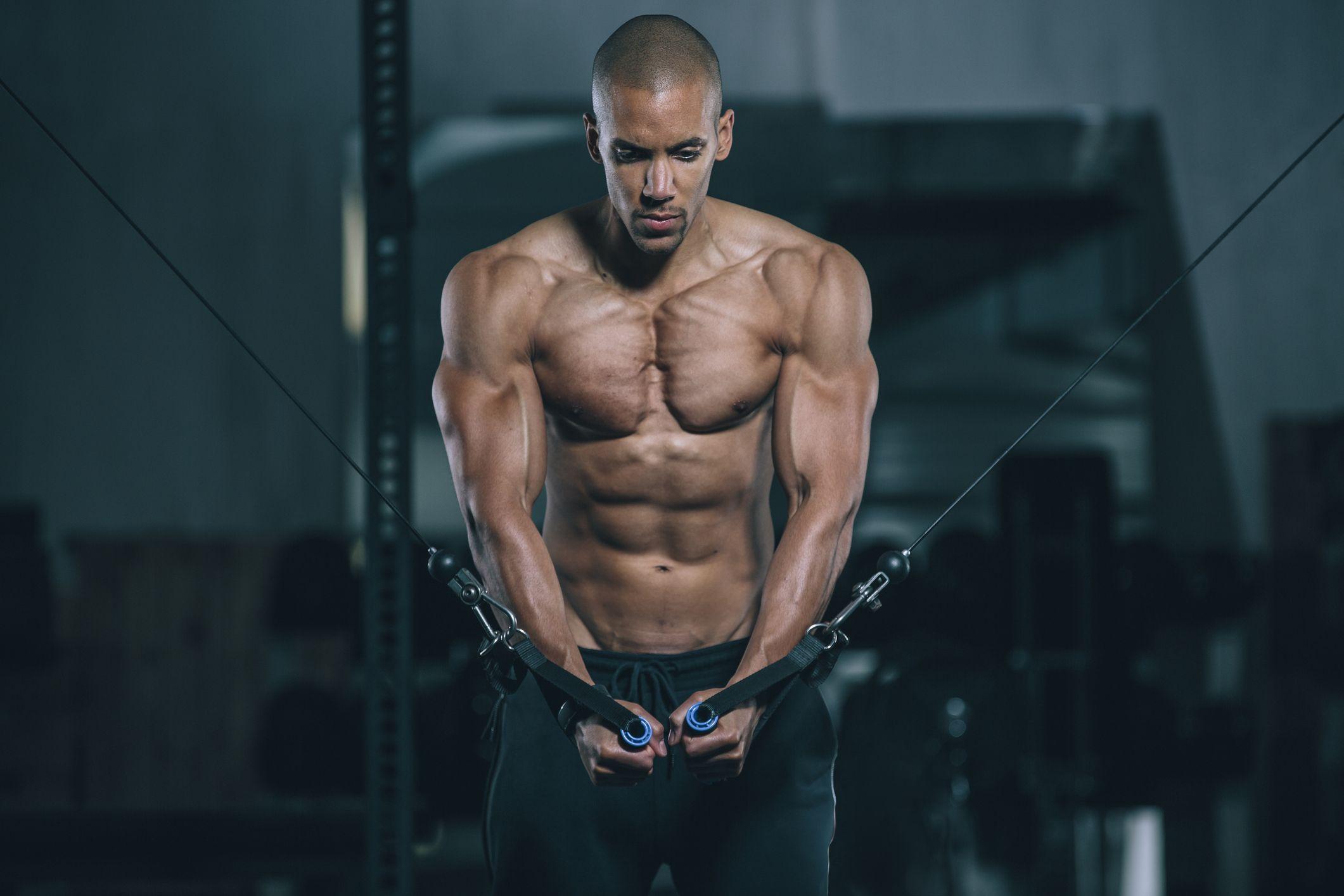rutina de ejercicios en el gym hombres