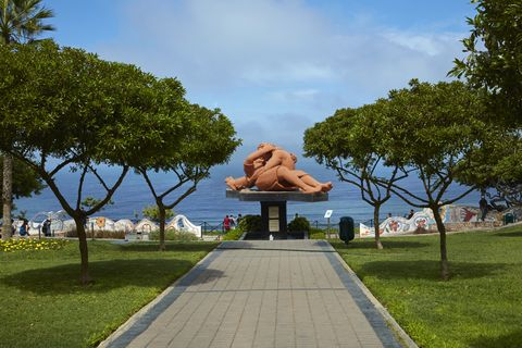 El Beso (The Kiss) statue, Lima, Peru