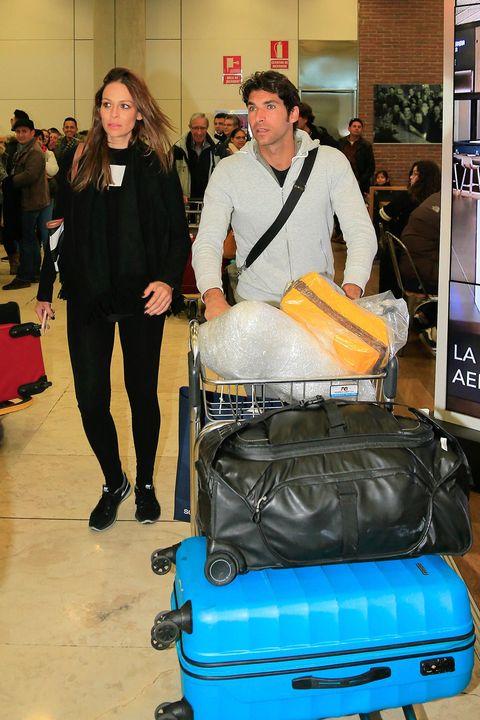 Eva González y Cayetano Rivera en el aeropuerto
