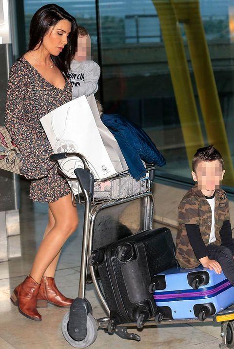 Pilar Rubio con su hijo en el aeropuerto