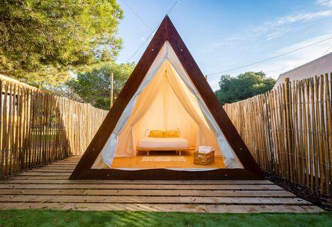 tienda de campaña de madera en el camping el garrofer del sitges
