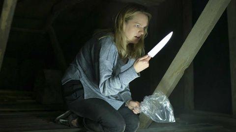 elisabeth moss en el hombre invisible con un cuchillo