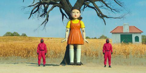 escena con la muñeca gigante