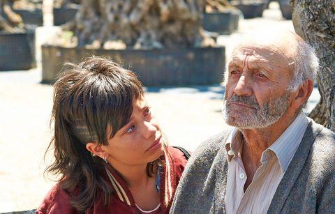 ana castillo mira con tristeza a manuel cucala, que tiene la mirada perdida, en una escena de la película el olivo