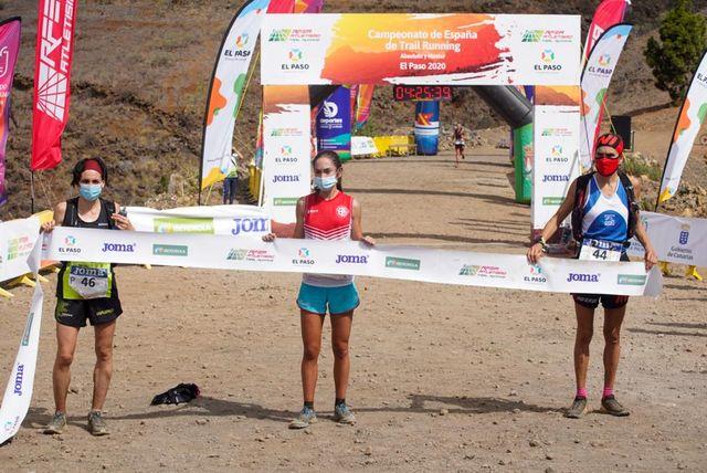 el podio femenino del campeonato de españa de trail running posa en el paso canarias