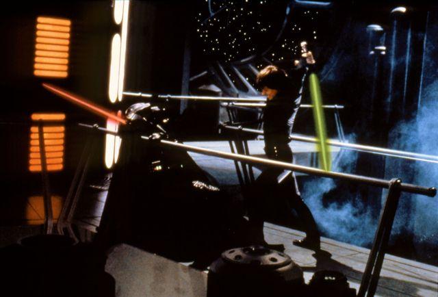 luke skywalker y darth vader combaten en la última escena de el retorno del jedi