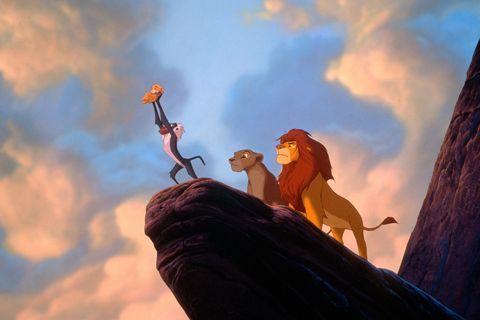 principio de el rey leon de 1994 con simba, rafiki y sus padres