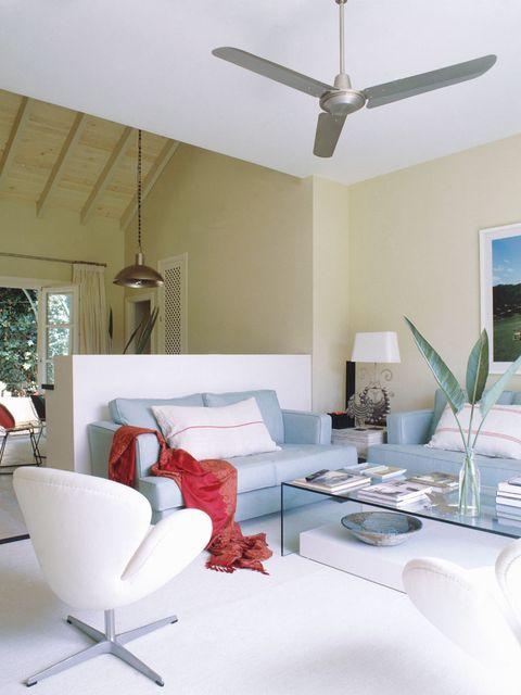 salón abierto con ventilador metalizado en el techo