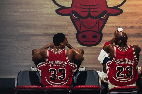 michael jordan sentado en el banquillo de baloncesto