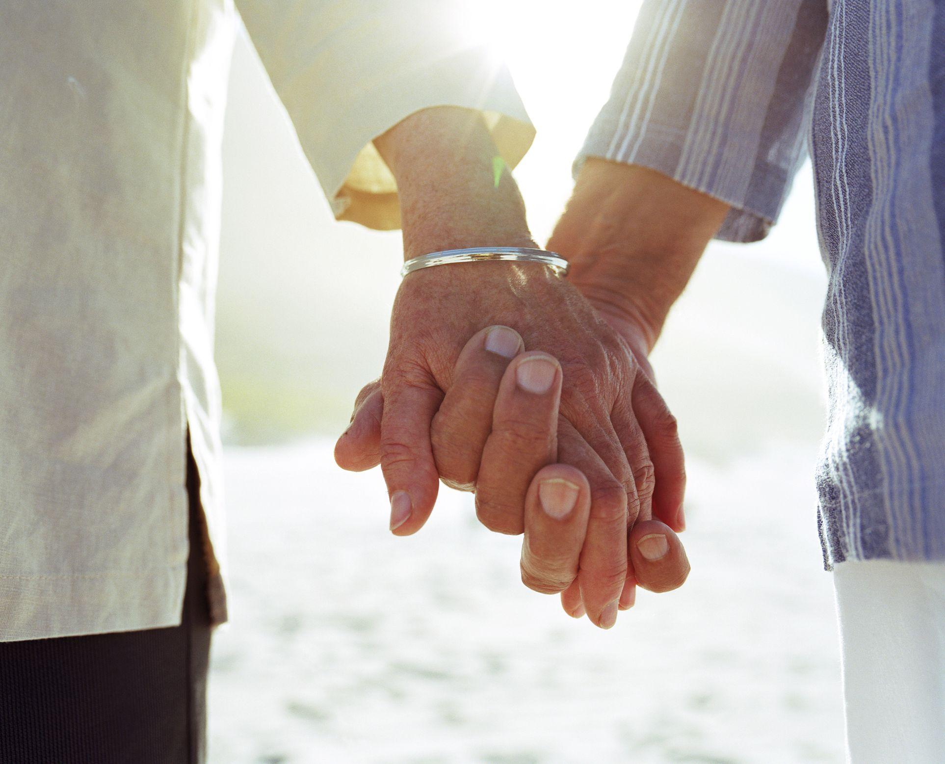 eldre par, holde hånd, nærbilde, av, hands