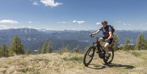 Ciclistas con bicicletas eléctricas esfuerzo
