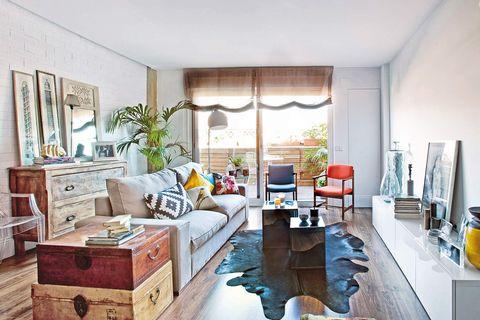 salón con terraza decorado con colores