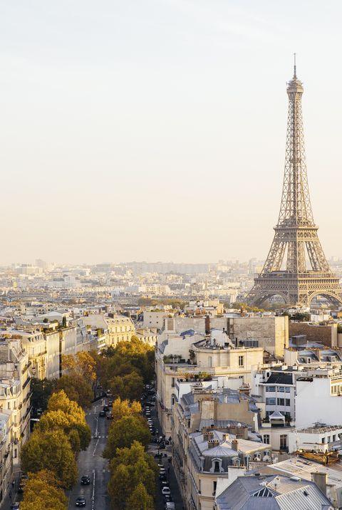 Повышенные вид на Эйфелеву башню и Париж горизонты на закате, Франция