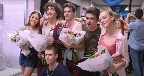 el reparto de elite se despide de la serie de netflix con un ramo de flores y una foto juntos