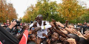 Eliud Kipchoge loopt de marathon in 1.59.40 en haalt de ineos 159 challenge