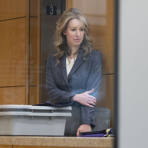 elizabeth holmes wearing a grey suit at a cali court hearing