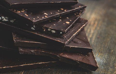 chocoladerepen opgestapeld op een houten tafel