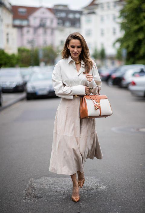alexandra lapp con falda midi en tono tierra