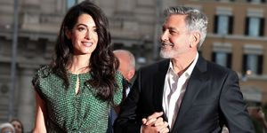 Amal Clooney crop top y una falda corta