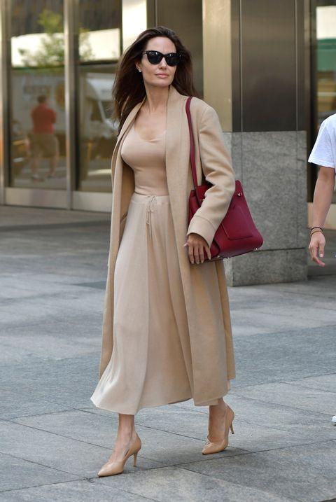angelina jolie con falda midi en tono tierra