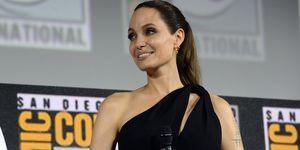 Angelina Jolie vestido negro corto asimétrico
