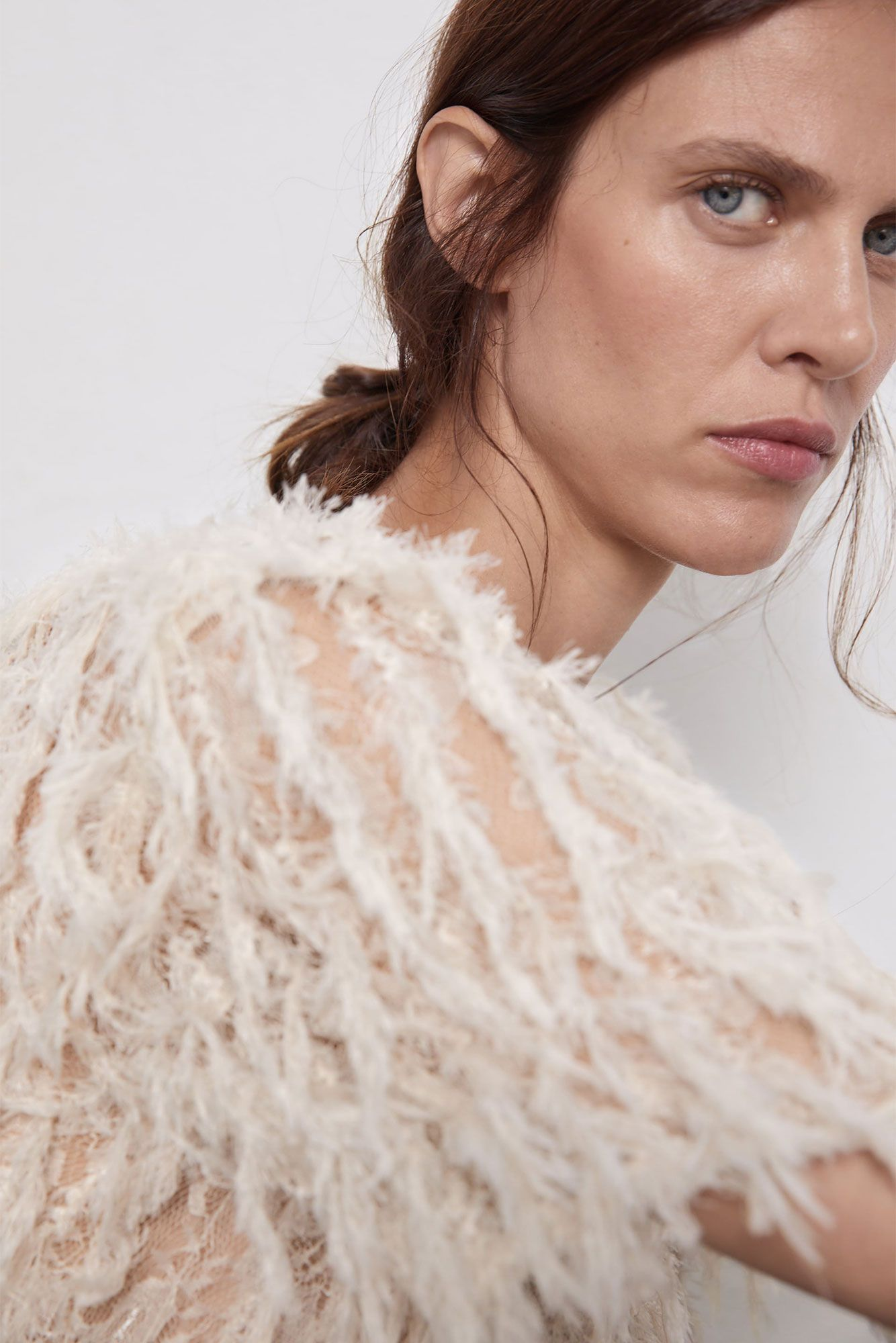 Esta blusa blanca de Zara lleva la tendencia (con plumas) que no pararemos de ver en Instagram durante la próxima temporada