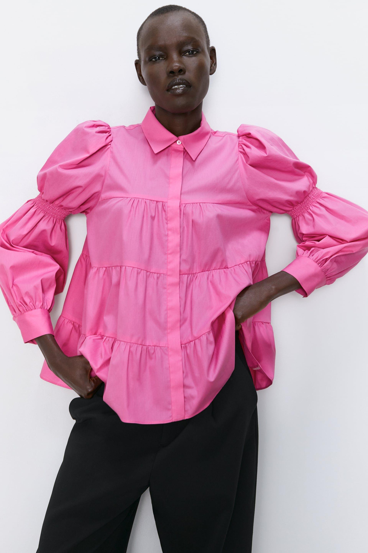 Hay una camisa rosa de mangas abullonadas en Zara que ha batido el récord de ventas en la tienda online