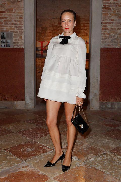 White, Clothing, Fashion model, Fashion, Shoulder, Leg, Beauty, Street fashion, Snapshot, Dress,