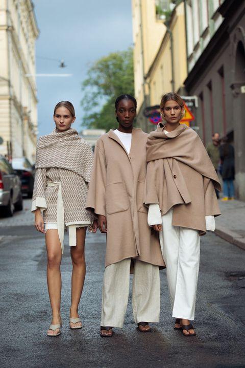 como combinar un abrigo camel con pantalon ancho